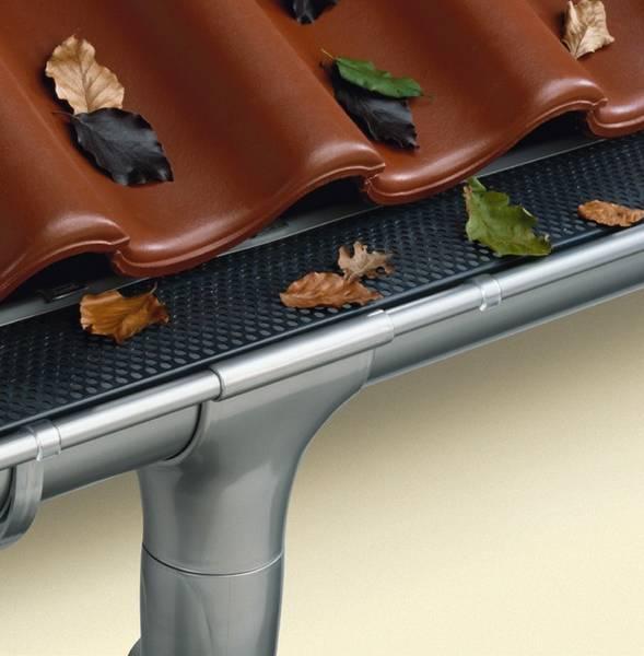 Как установить сливы на крышу своими руками